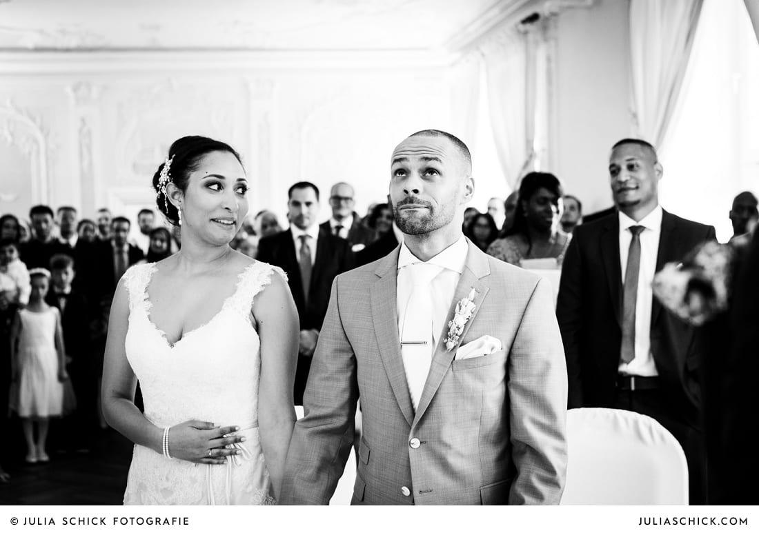 Emotionaler, weinender Bräutigam bei standesamtlicher Trauung auf Sportschloss Velen im weißen Saal der Orangerie