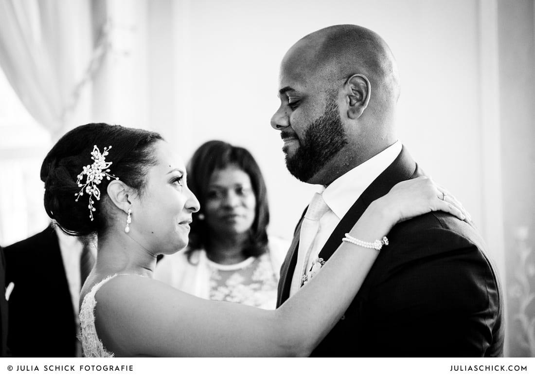Braut und Trauzeuge nach standesamtlicher Trauung auf Sportschloss Velen im weißen Saal der Orangerie