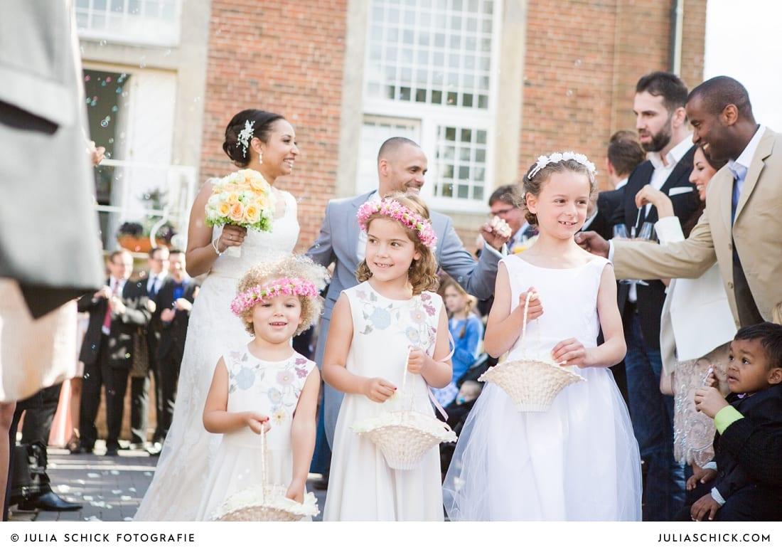 Auszug des Brautpaares aus der Orangerie auf Sportschloss Velen