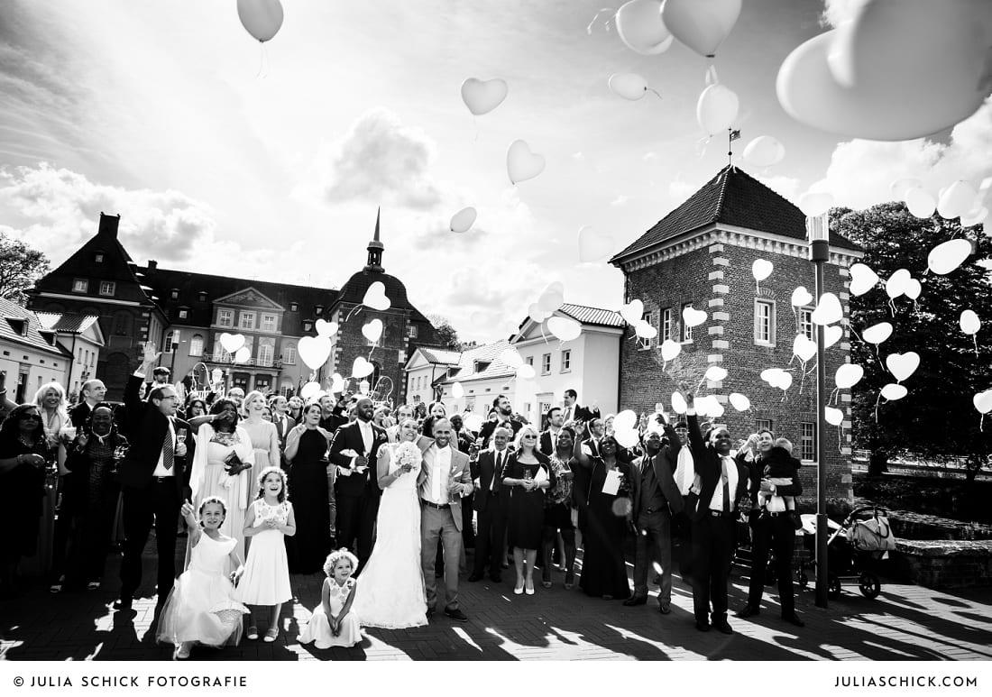 Gäste lassen Luftballons steigen auf Sportschloss Velen