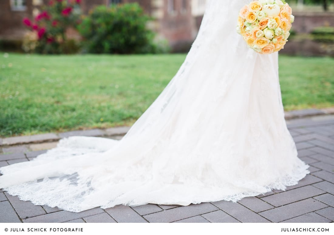 Brautkleid mit Schleppe, pfirsichfarbener Brautstrauß