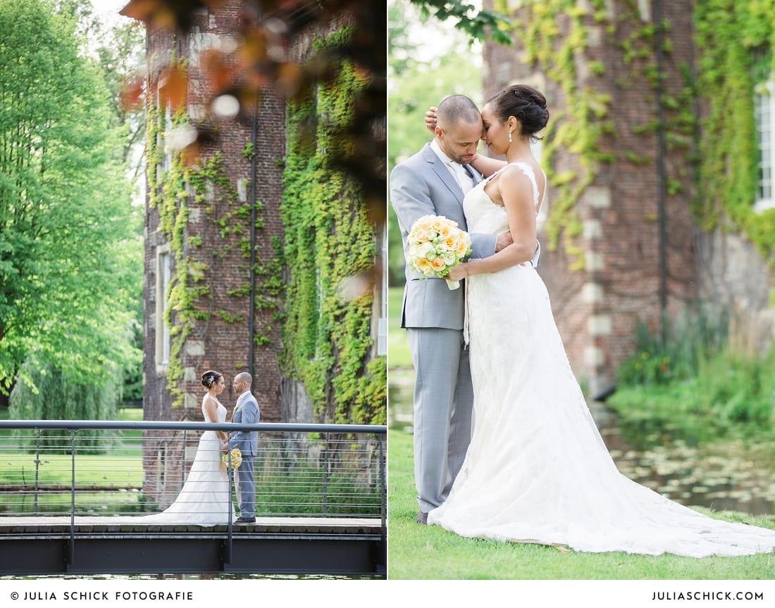 Brautpaar auf Brücke vor Sportschloss Velen