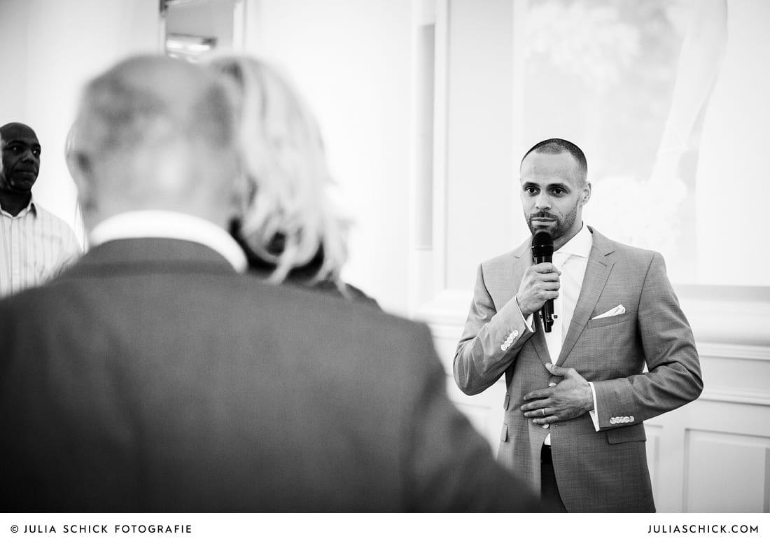 Rede des Bräutigams bei Hochzeitsfeier in der Remise auf SportSchloss Velen