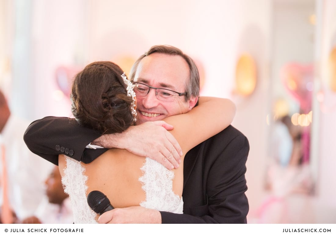 Braut umarmt Brautvater bei Hochzeitsfeier in der Remise auf SportSchloss Velen