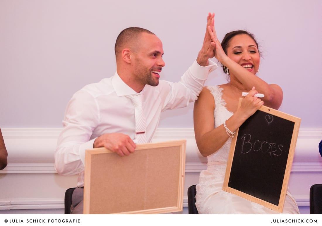 Brautpaar bei Hochzeitsspiel bei Hochzeitsfeier in der Remise des SportSchloss Velen
