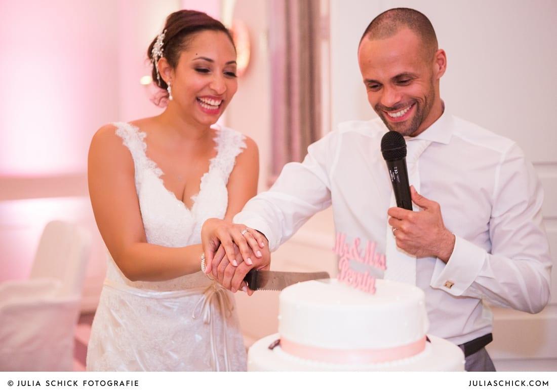 Brautpaar schneidet Hochzeitstorte an bei Hochzeitsfeier in der Remise des SportSchloss Velen