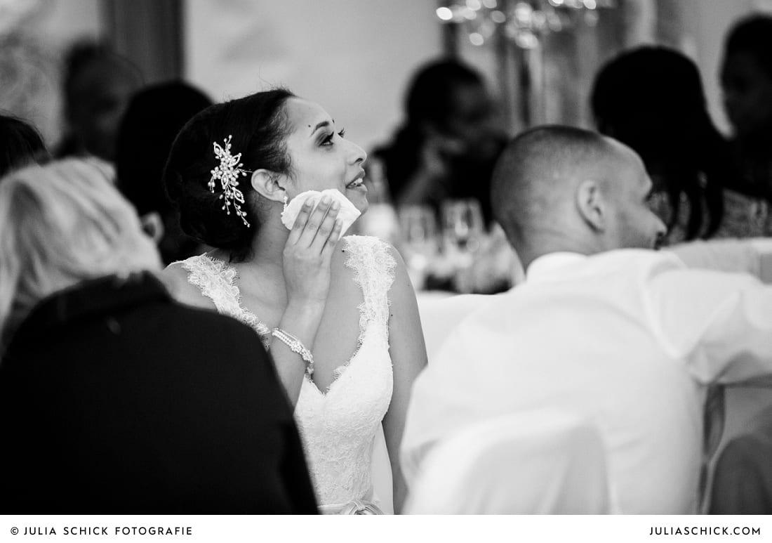 Weinende Braut bei Hochzeitsfeier in der Remise des SportSchloss Velen