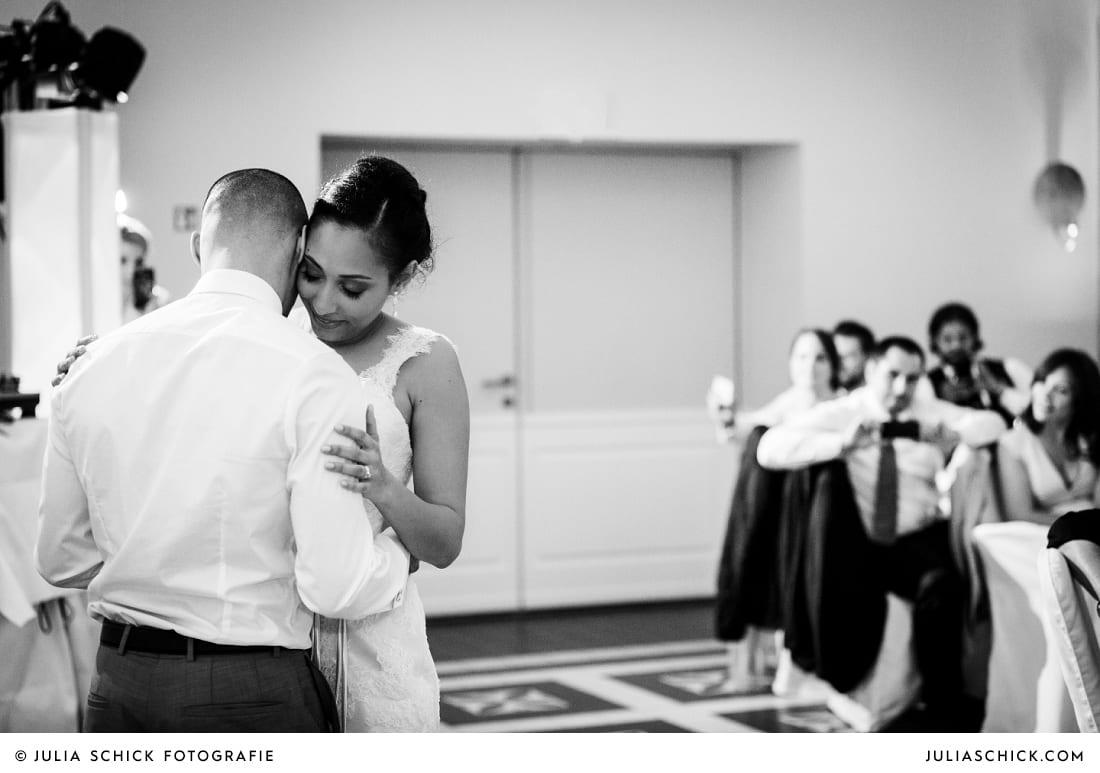 Brautpaar beim Eröffnungstanz bei Hochzeitsfeier in der Remise des SportSchloss Velen
