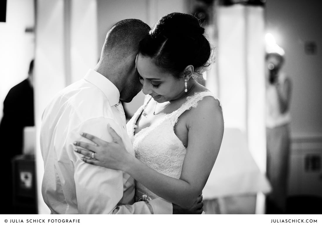 Brautpaar bei Ehrentanz bei Hochzeitsfeier in der Remise des SportSchloss Velen