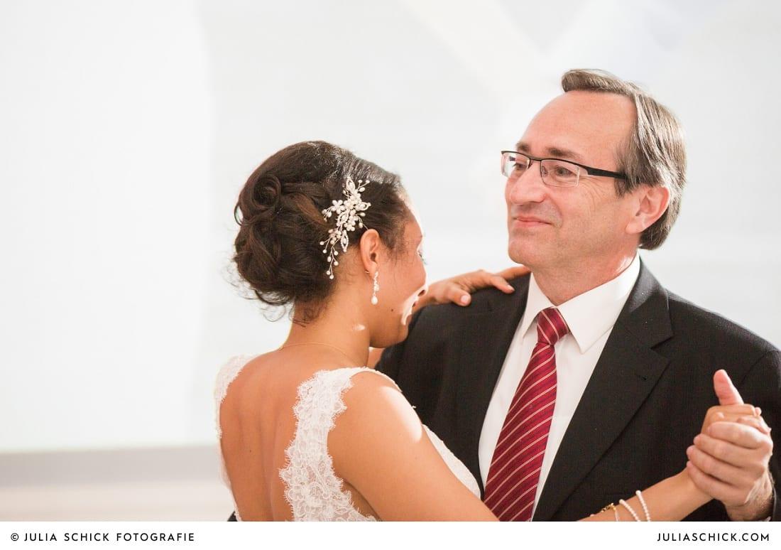 Braut und Brautvater bei Ehrentanz bei Hochzeitsfeier in der Remise des SportSchloss Velen