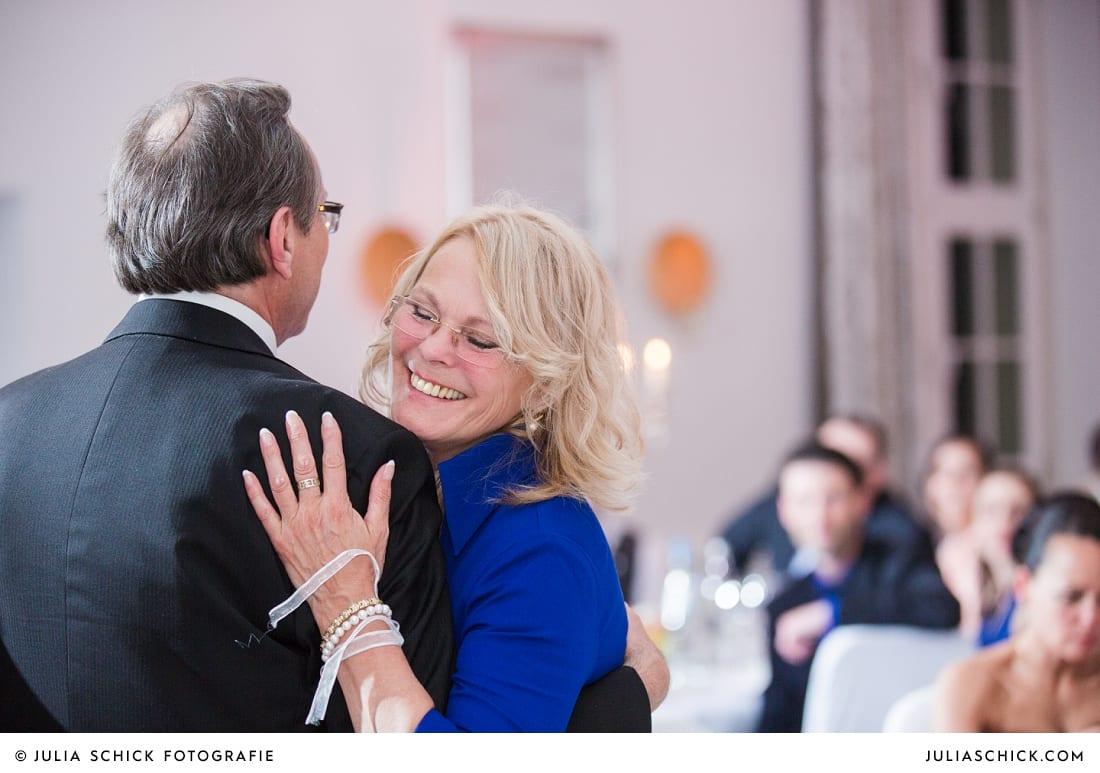 Tanzende Brautpaare bei Hochzeitsfeier in der Remise des SportSchloss Velen