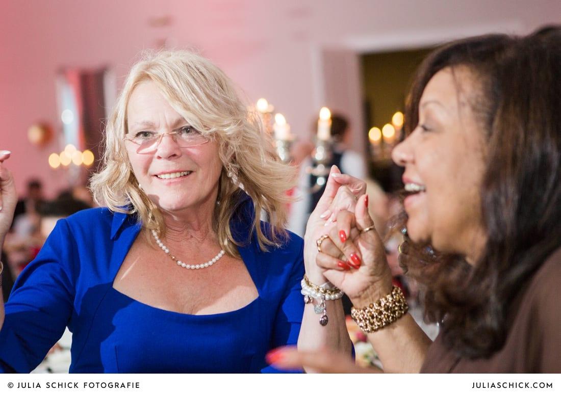 Tanzende Brautmutter bei Hochzeitsfeier in der Remise des SportSchloss Velen