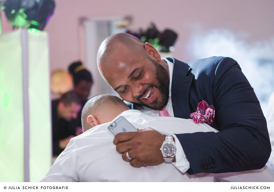 Bräutigam und Trauzeuge bei Hochzeitsfeier in der Remise des SportSchloss Velen