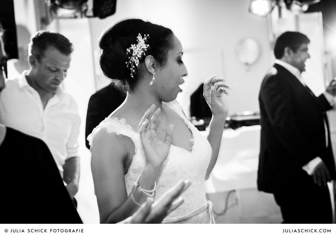 Tanzende Braut bei Hochzeitsfeier in der Remise des SportSchloss Velen