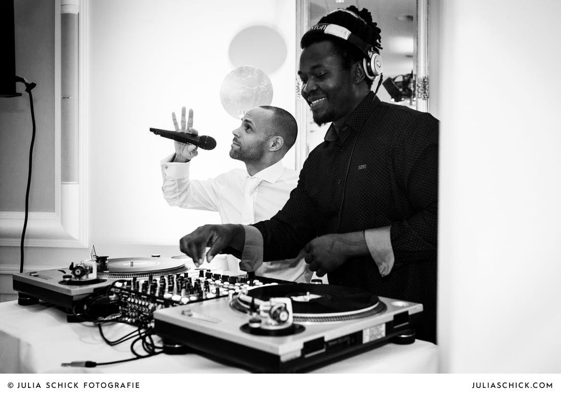 DJ und Bräutigam bei Hochzeitsfeier in der Remise des SportSchloss Velen