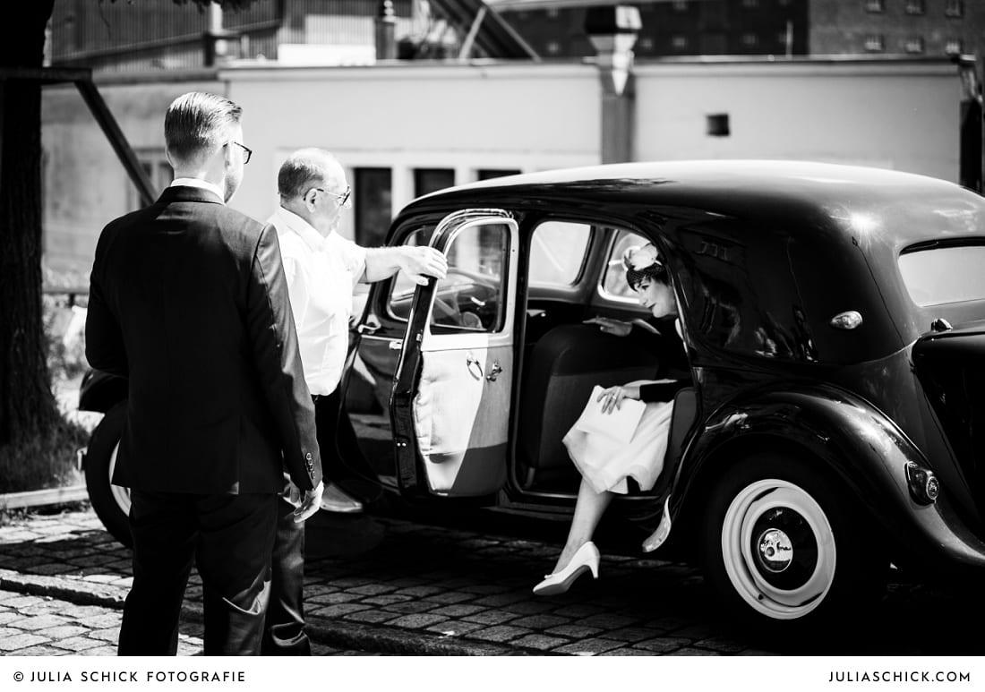 Braut steigt aus Oldtimer, Hochzeitsauto