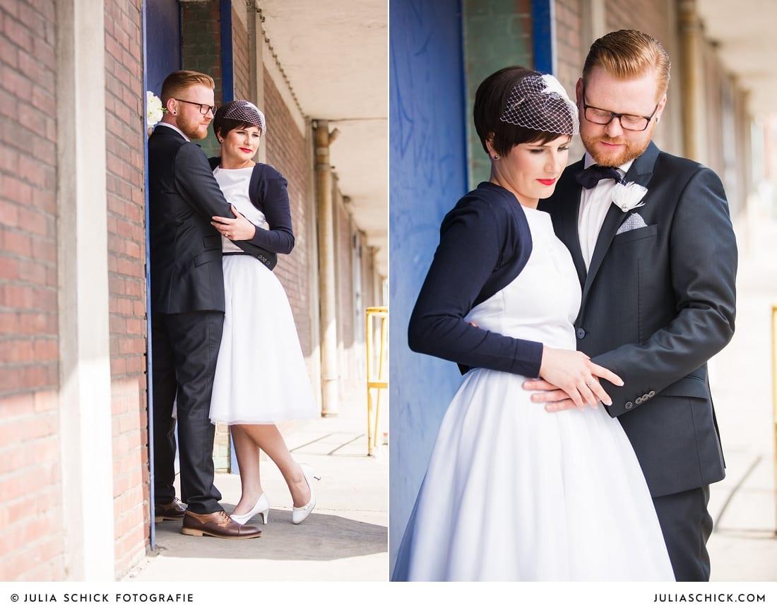 Rockabilly Brautpaar bei Hochzeitsfotoshooting am Dortmunder Hafen, Brautkleid von Femkit, Haarreif von Kido Design