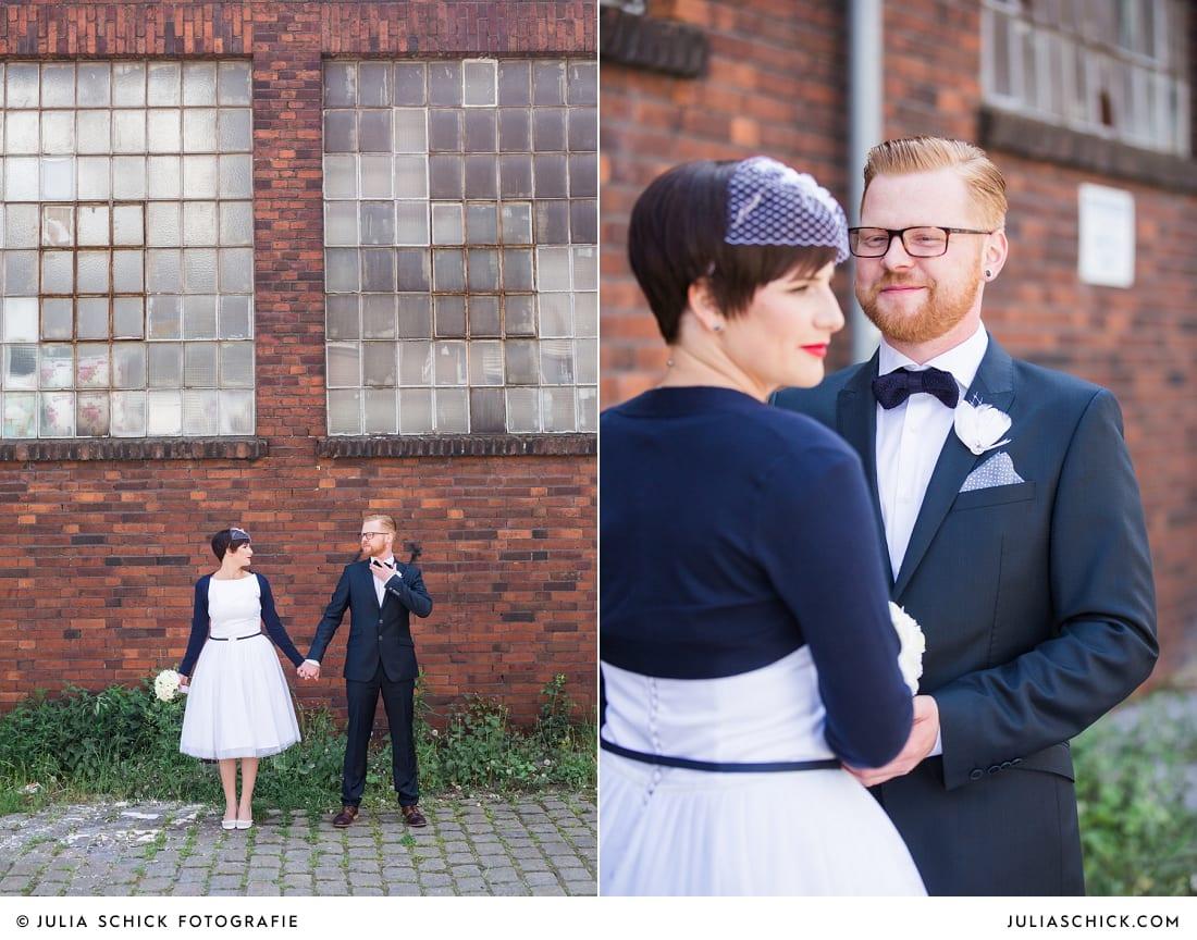 Rockabilly Braut und Bräutigam bei Hochzeitsfotoshooting am Dortmunder Hafen, Brautkleid von Femkit