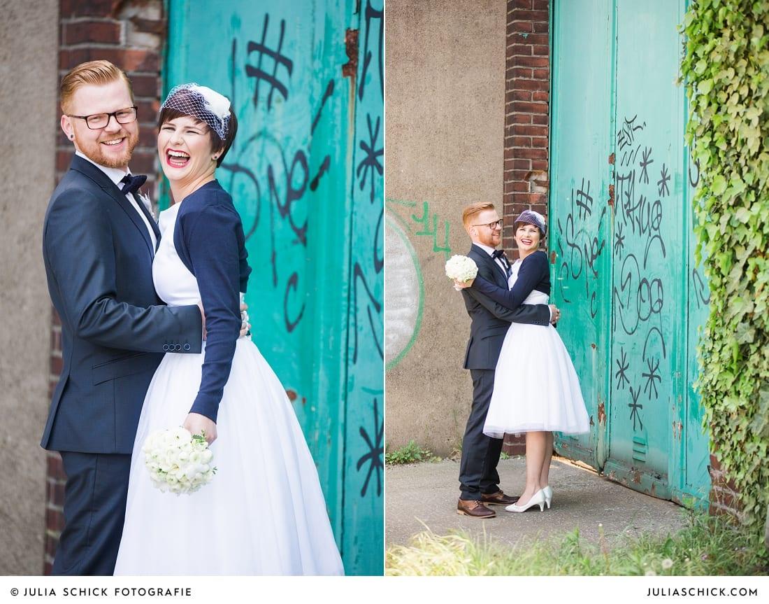 Rockabilly Brautpaar bei Hochzeitsfotoshooting am Dortmunder Hafen, Brautkleid von Femkit