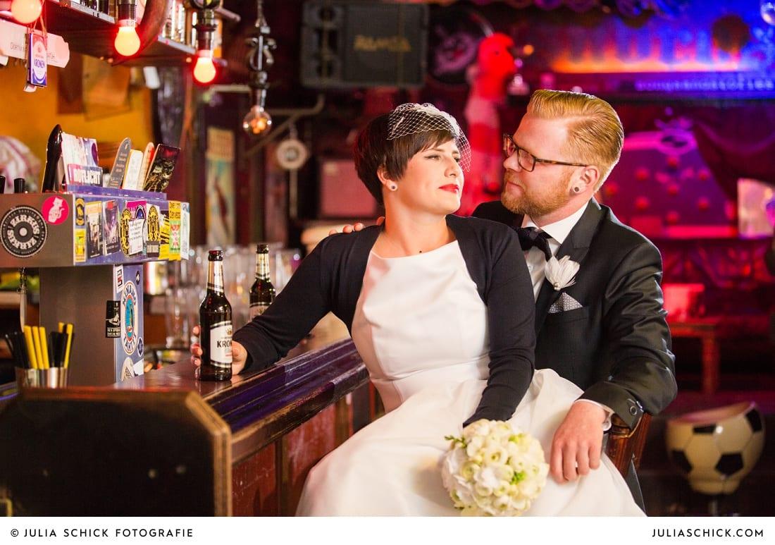 Rockabilly Brautpaar mit Bier an der Bar in der Hafenkneipe Subrosa in Dortmund