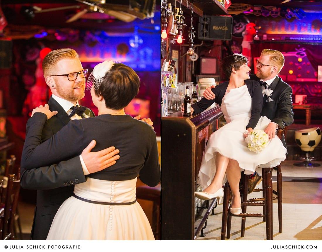 Brautpaar auf Barhockern an der Bar in der Hafenkneipe Subrosa in Dortmund