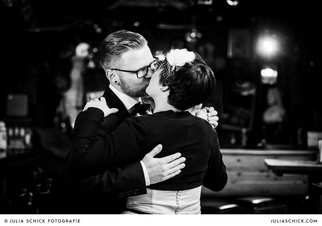 Küssendes Brautpaar in der Hafenkneipe Subrosa in Dortmund
