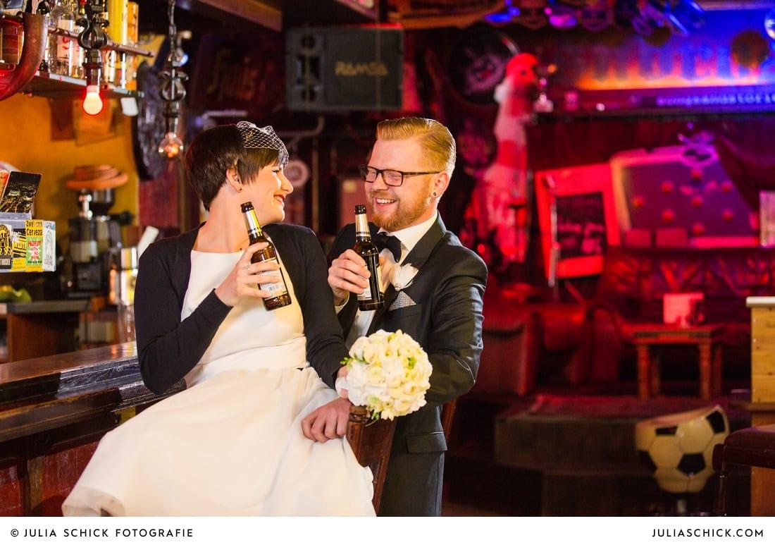 Rockabella Braut und Rockabilly Bräutigam bei Hochzeitsfotoshooting in der Hafenkneipe Subrosa in Dortmund