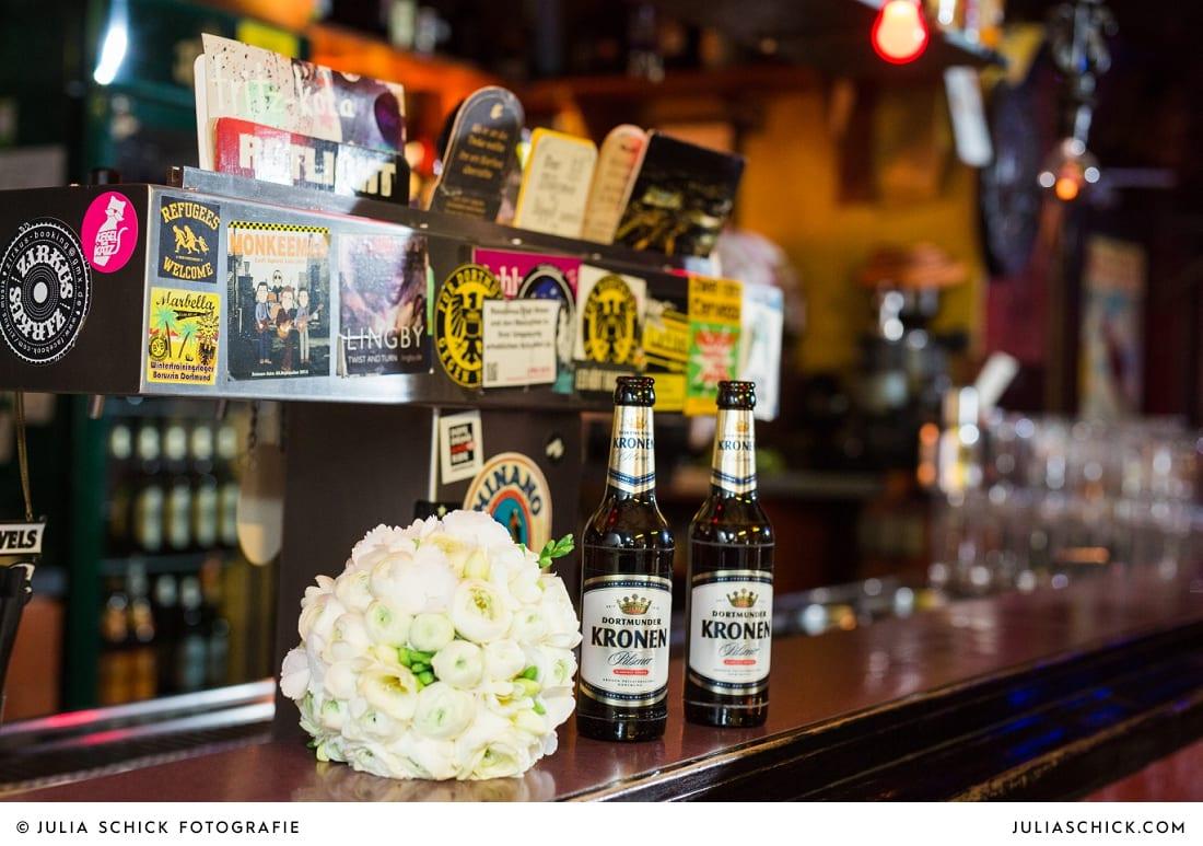 Brautstrauß und Bierflaschen in der Hafenkneipe Subrosa in Dortmund
