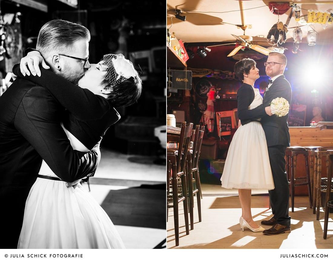 Küssendes und tanzendes Rockabilly Brautpaar in der Hafenkneipe Subrosa in Dortmund