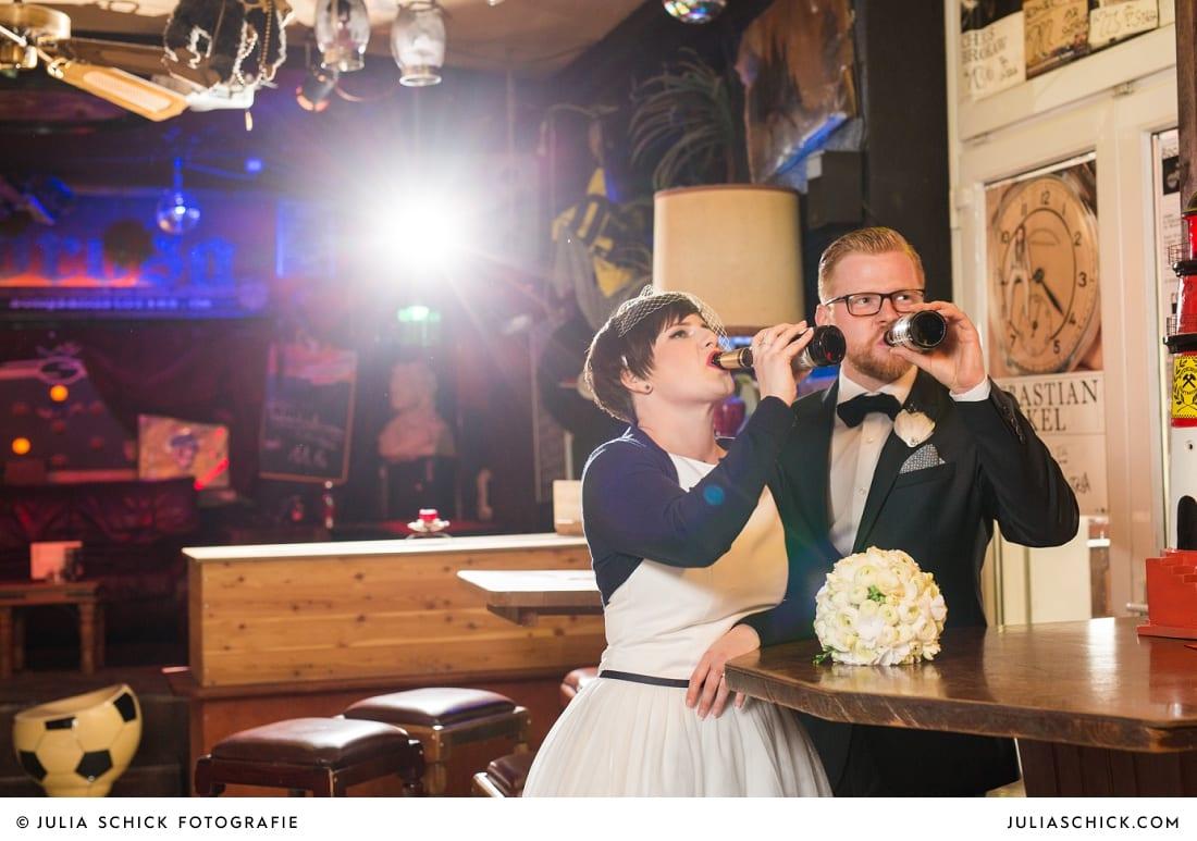 Biertrinkendes Brautpaar bei Fotoshooting in der Hafenkneipe Subrosa in Dortmund
