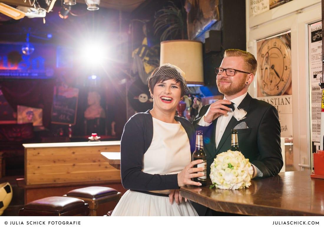 Brautpaar trinkt Krombacher bei Hochzeitsfotoshooting in der Hafenkneipe Subrosa in Dortmund