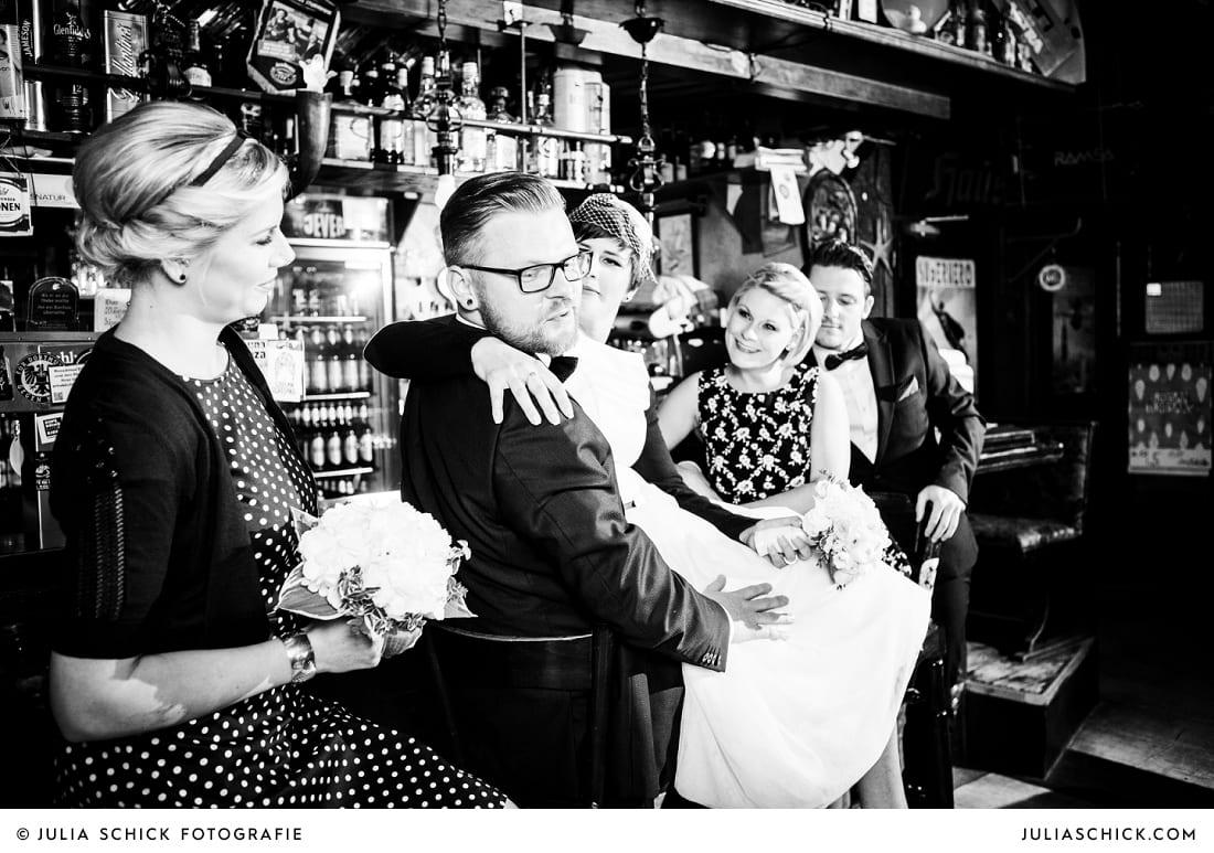 Hochzeitsgesellschaft in der Hafenkneipe Subrosa in Dortmund