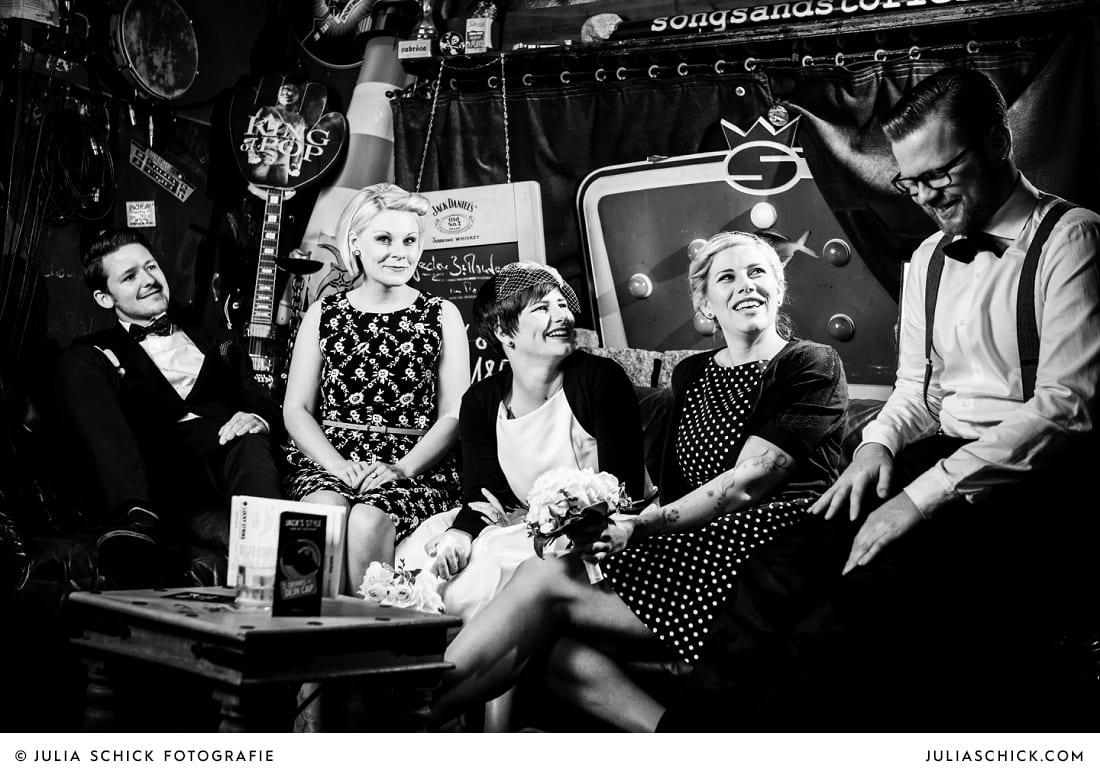 Rockabilly Brautpaar und Trauzeugen in der Hafenkneipe Subrosa in Dortmund