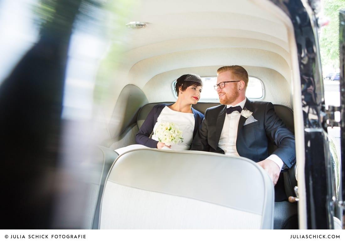 Brautpaar im Brautwagen in Dortmund
