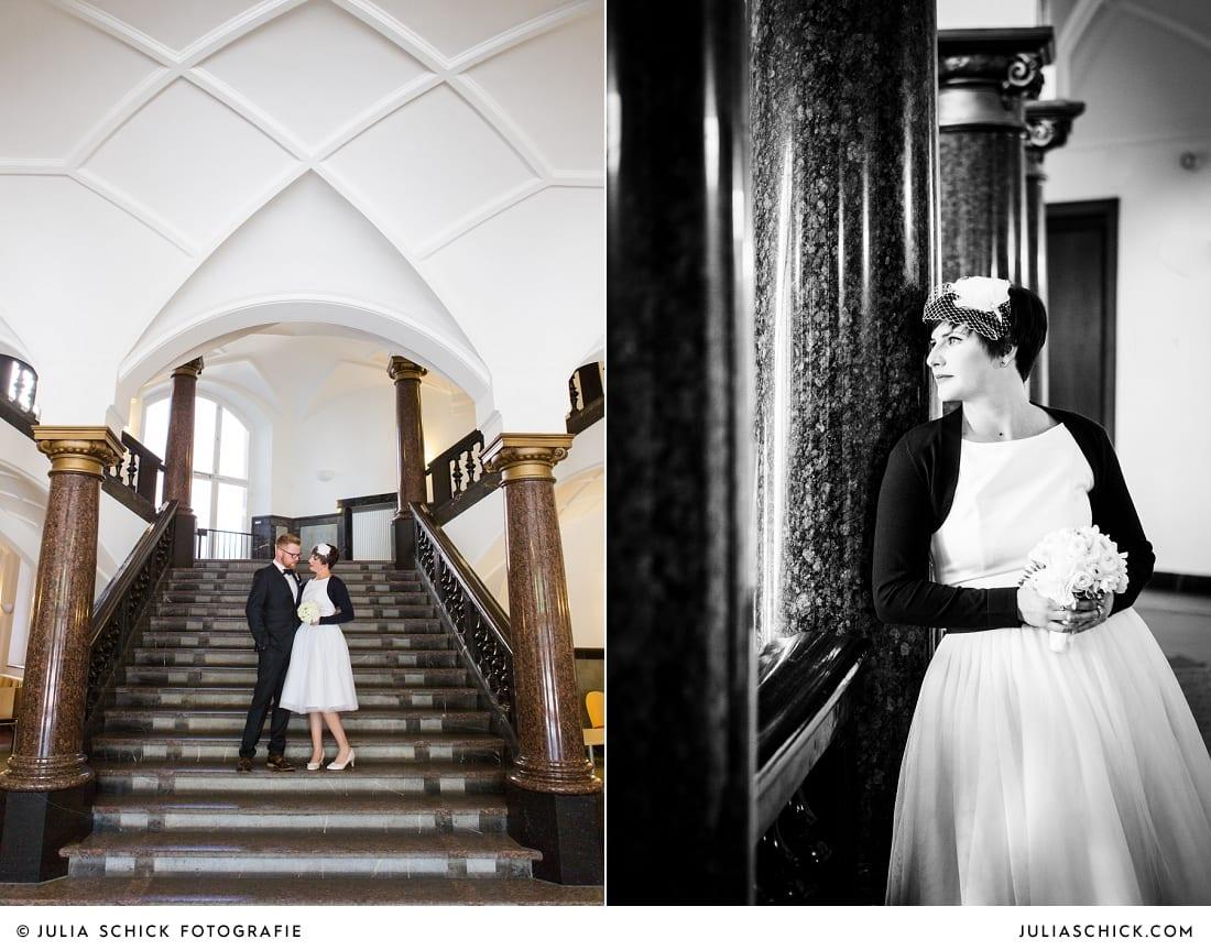 Brautpaar auf Treppe vor standesamtlicher Trauung im alten Rathaus in Dortmund