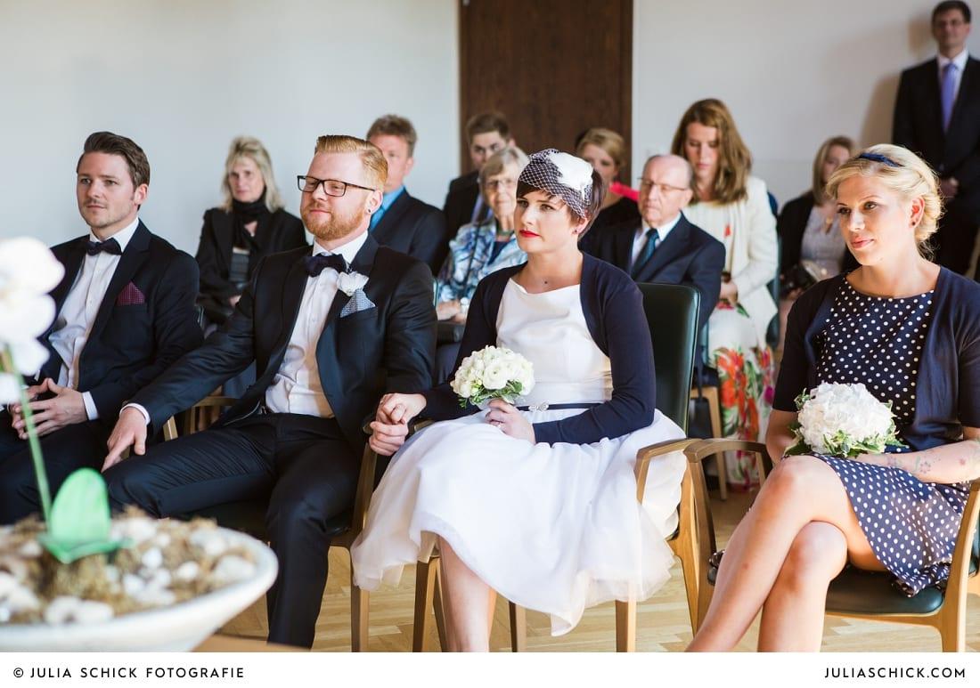 Brautpaar und Trauzeugen bei standesamtlicher Trauung im alten Rathaus in Dortmund