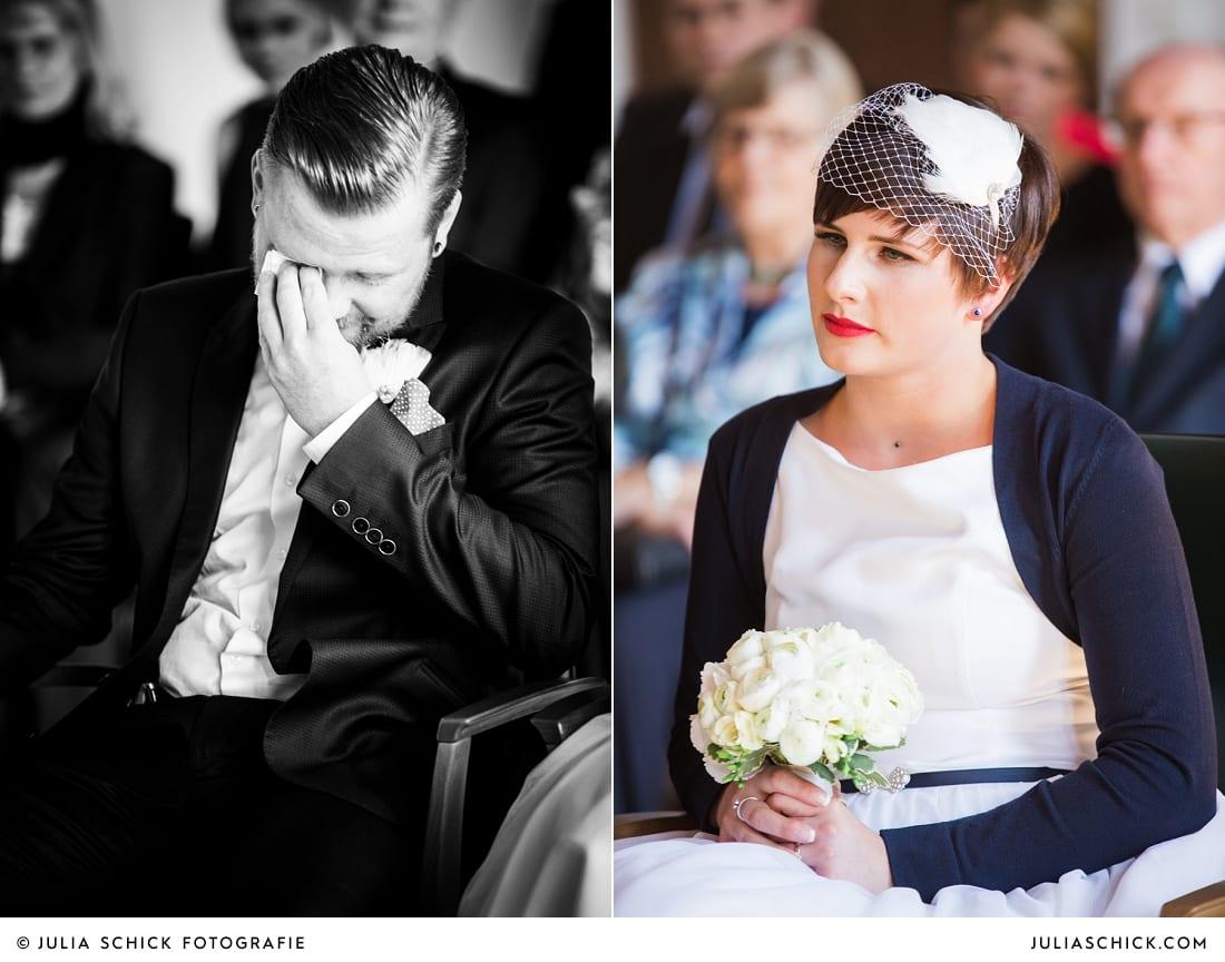 Weinender Bräutigam und berührte Braut bei standesamtlicher Trauung im alten Rathaus in Dortmund