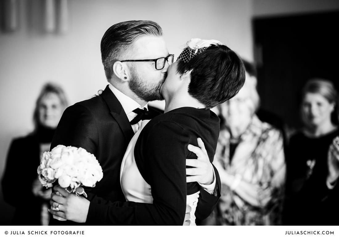Kuss des Brautpaares bei standesamtlicher Trauung im alten Rathaus in Dortmund