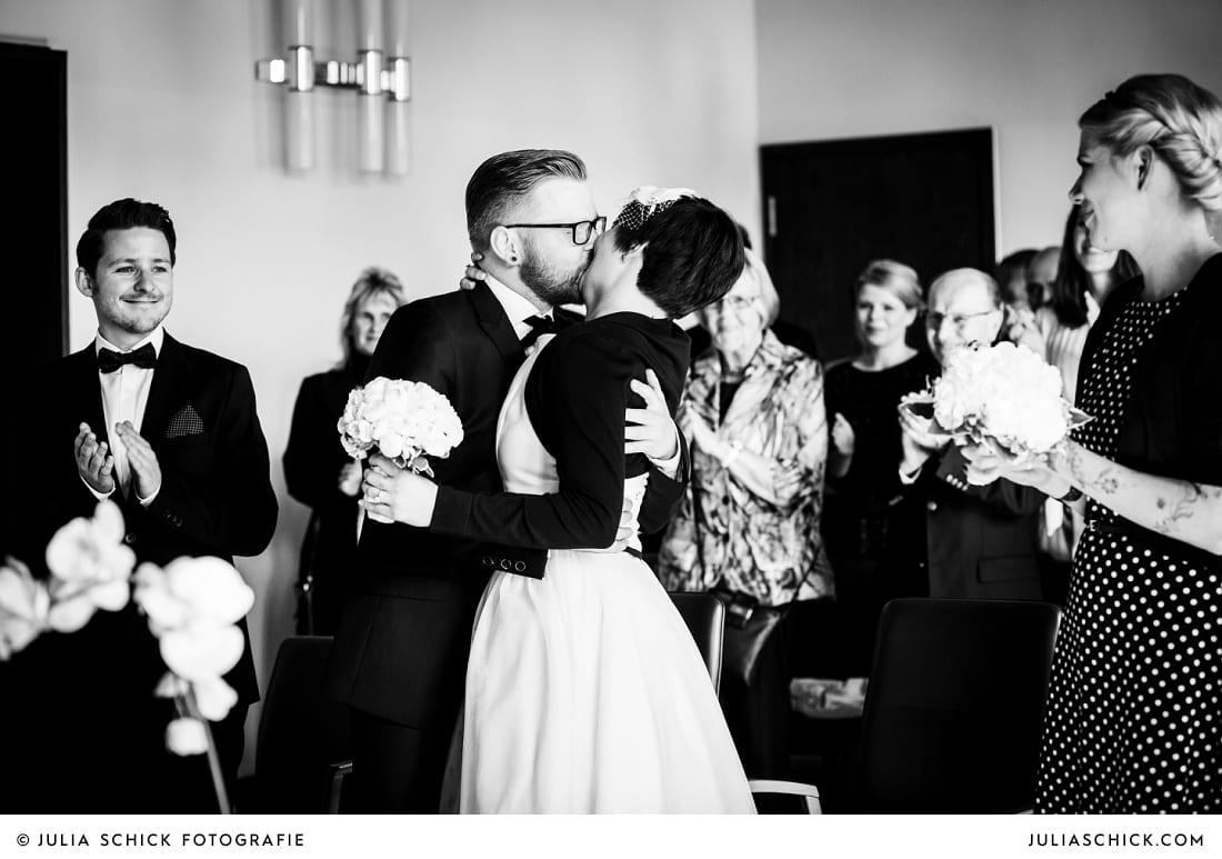 Küssendes Brautpaar nach standesamtlicher Trauung im alten Rathaus in Dortmund