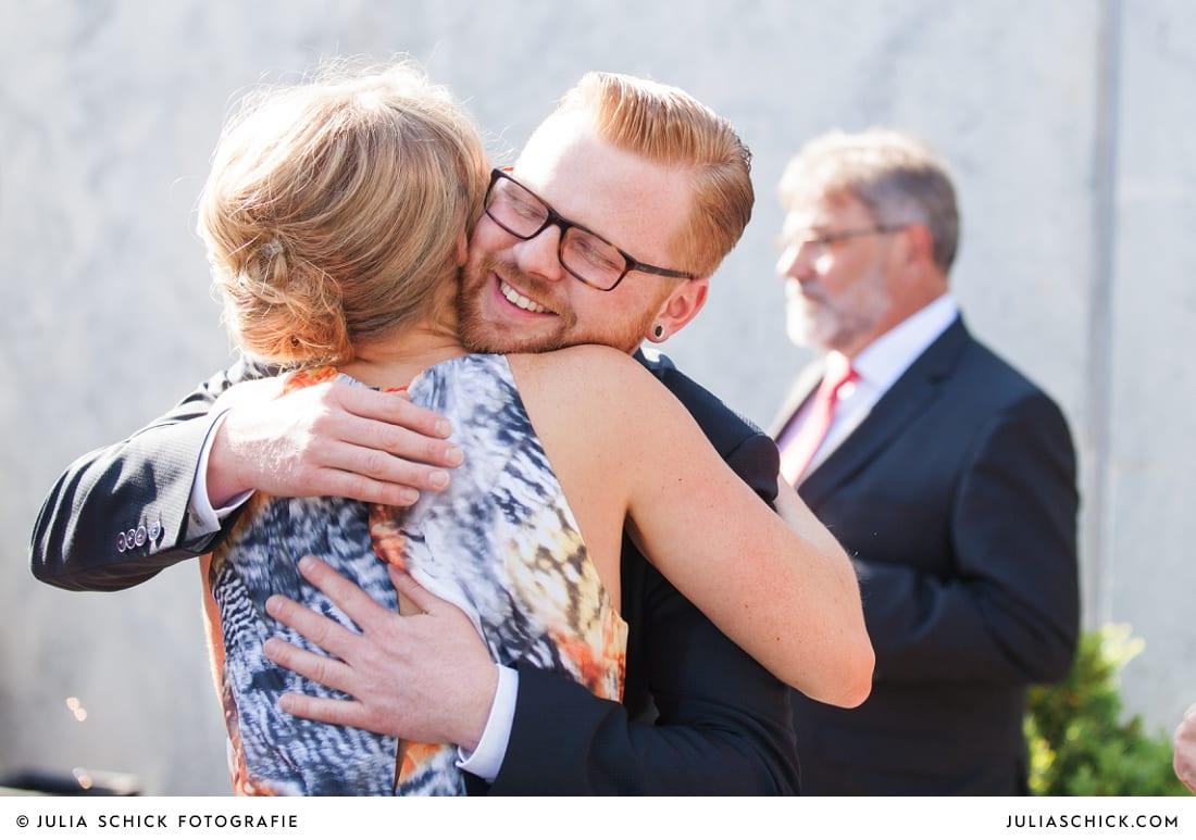 Bräutigam umarmt Trauzeugin bei Hochzeit in Hamm