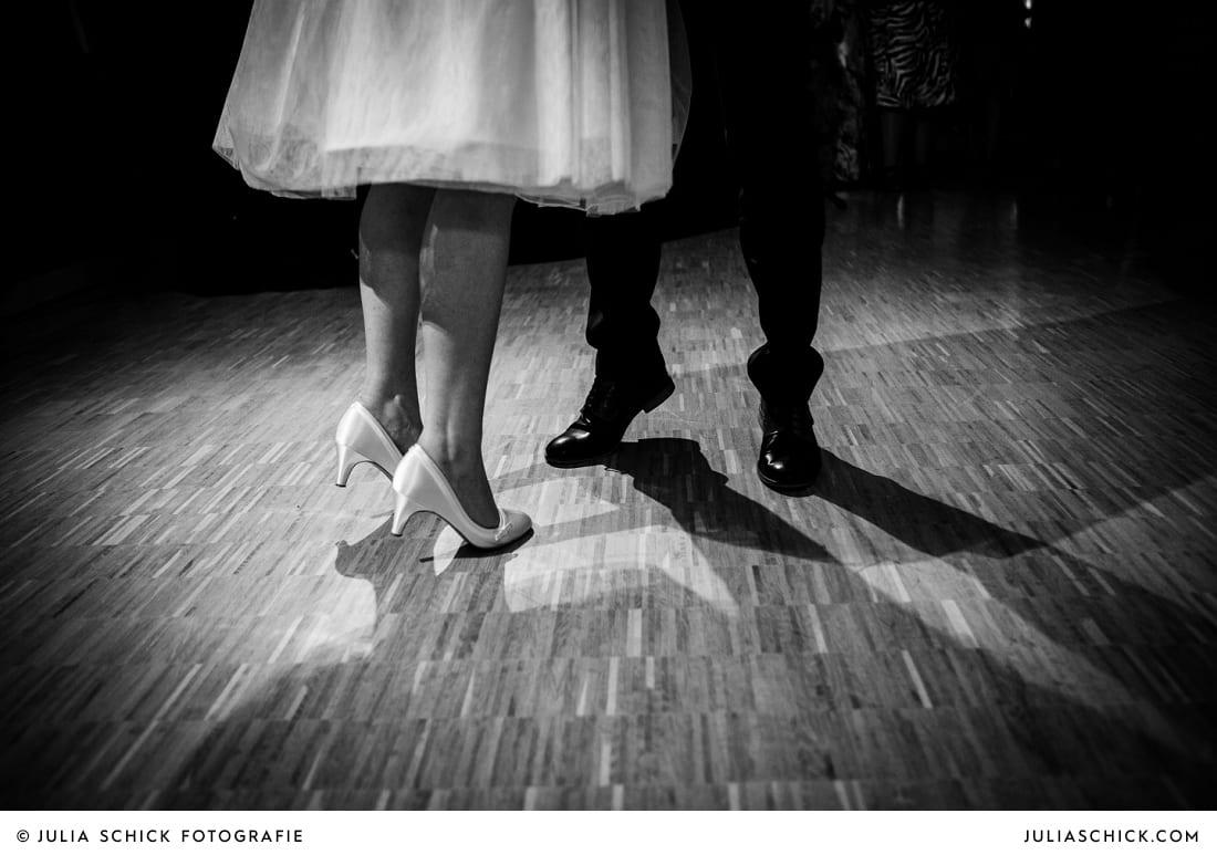 Beine des Brautpaares bei Eröffnungstanz bei Hochzeit in Hamm