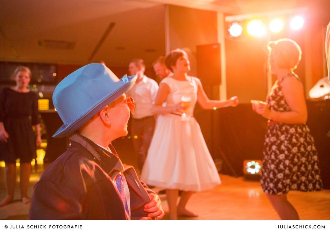 Braut und Gäste tanzen bei Hochzeit in Hamm