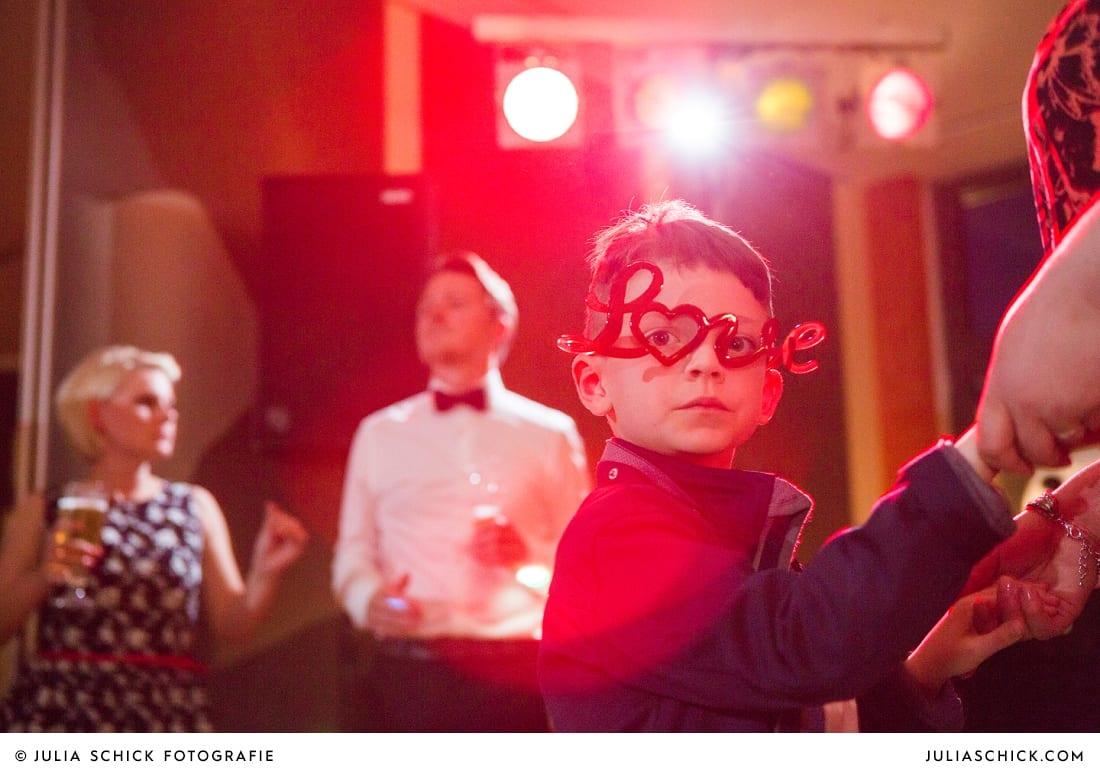 Kind mit lustiger Brille auf Hochzeit in Hamm