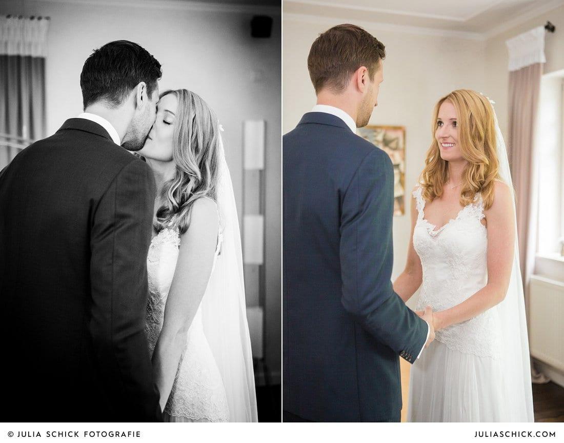 Küssendes Brautpaar bei First Look bei Hochzeit in Ahaus Alstätte