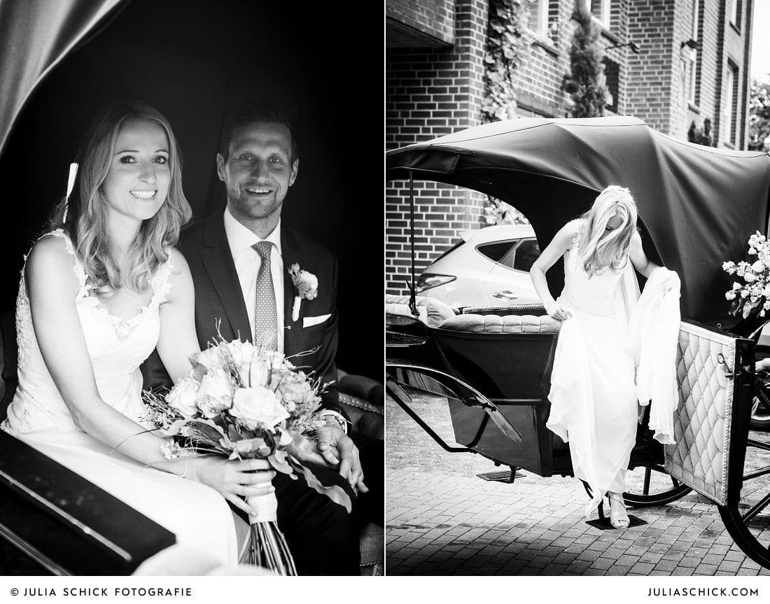 Hochzeitspaar steigt aus der Hochzeitskutsche in Ahaus Alstätte