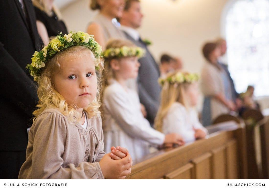 Blumenmädchen mit Blumenkränzen bei kirchlicher Hochzeit in der Kirche St. Mariä Himmelfahrt in Ahaus Alstätte