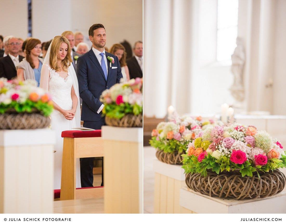 Brautpaar und Blumendekoration von Blumen Schwering in der Kirche St. Mariä Himmelfahrt in Ahaus Alstätte