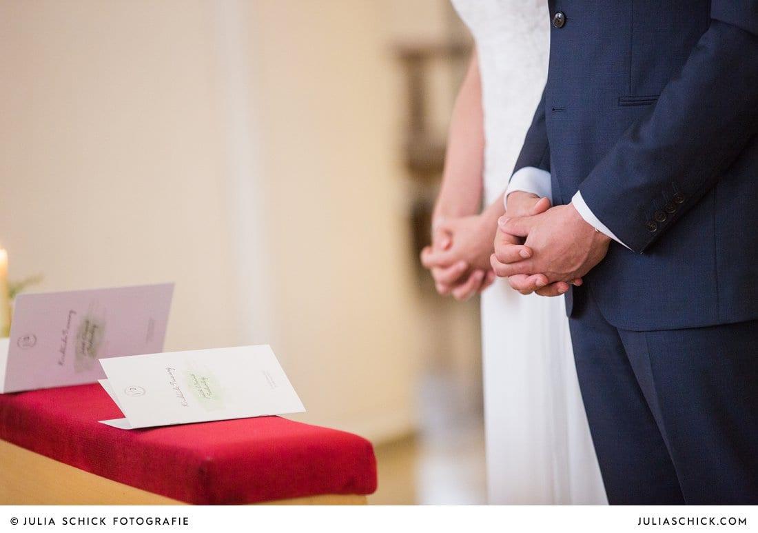 Betende Hände von Brautpaar in der Kirche St. Mariä Himmelfahrt in Ahaus Alstätte