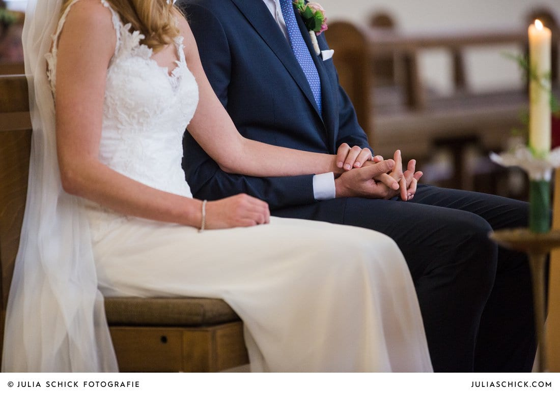 Hände des Brautpaares bei kirchlicher Trauung in der Kirche St. Mariä Himmelfahrt in Ahaus Alstätte