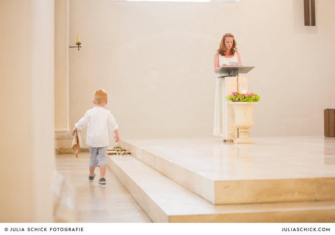 Kind läuft zur Fürbitte haltenden Trauzeugin in der Kirche St. Mariä Himmelfahrt in Ahaus Alstätte